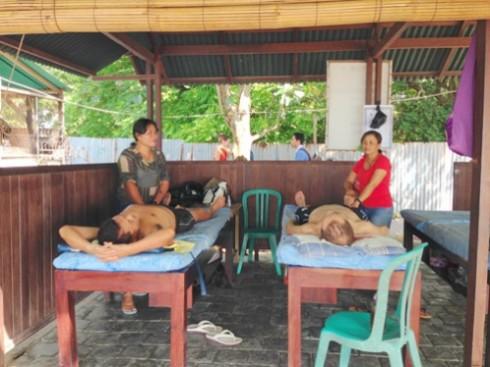 Dịch vụ massage bình dân trên bãi biển Bali (Ảnh: thebalidaily)