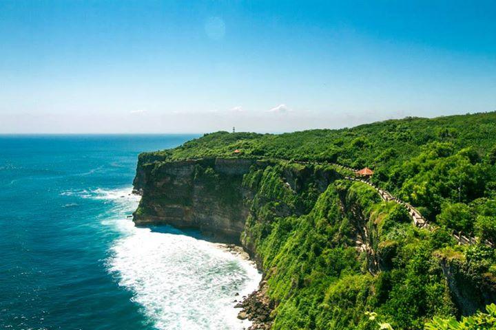 Vách đá dựng đứng trên biển ở khu Uluwatu