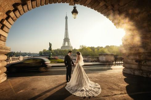 Hình ảnh đôi lứa thể hiện tình cảm trìu mến ở nơi công cộng không biết từ bao giờ đã trở thành nét văn hóa đặc trưng của thành phố Paris hoa lệ.