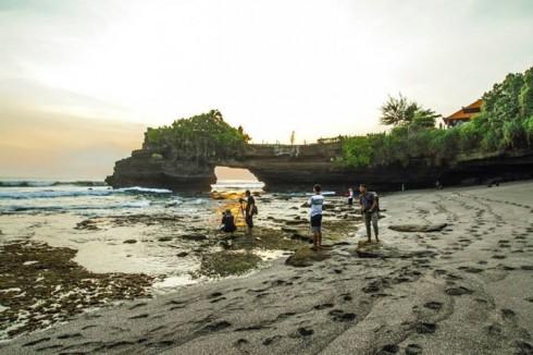 Dân nhiếp ảnh cũng tràn ngập ở khu vực Tanah Lot lúc hoàng hôn (Ảnh: Ho Ny)