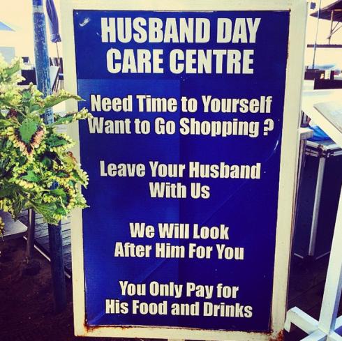"""Dịch vụ chăm sóc chồng, tạm dịch: """" Trung tâm chăm sóc chồng theo ngày - Cần thời gian cho bản thân?  Hãy để chồng bạn ở lại với chúng tôi. Chúng tôi sẽ chăm sóc cho anh ấy dùm bạn. Bạn chỉ cần trả tiền đồ ăn và thức uống cho anh ấy thôi."""" (Ảnh: Ho Ny)"""
