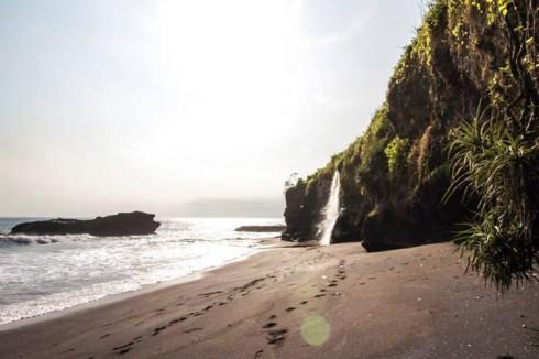 Thay vì rẽ trái đi tới đền Tanah Lot, tôi đã rẻ phải đi ra khu vực bãi biển vắng người có tên gọi Melasti (Ảnh: Ho Ny)