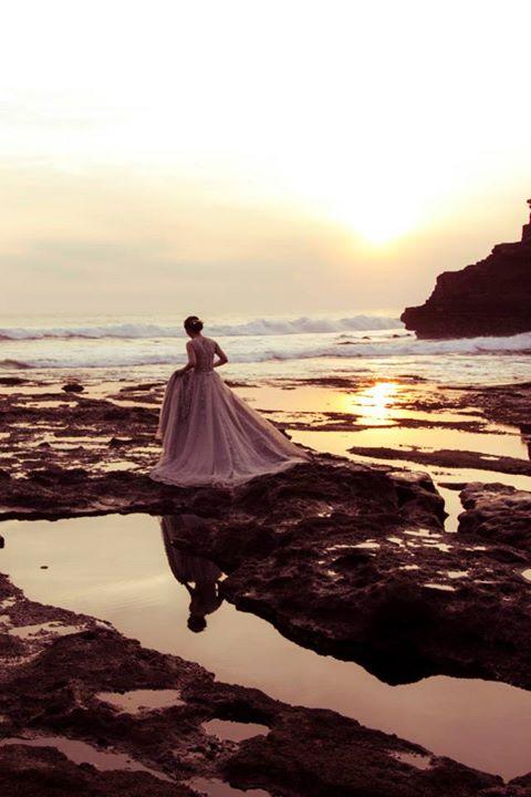 Rất nhiều cô dâu xuống chụp ảnh cưới ở khu vực bãi biển Tanah Lot, mặc dù chỗ này rất trơn trượt và khó đi lại (Ảnh: Ho Ny)