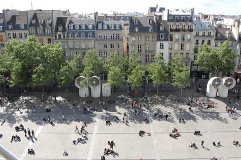 Khoảng sân rộng rãi, đầy nắng ấm trước bảo tàng Pompidou