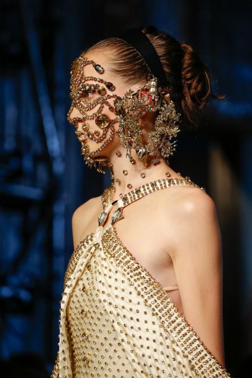 Cận cảnh chiếc mặt nạ couture tuyệt đẹp.