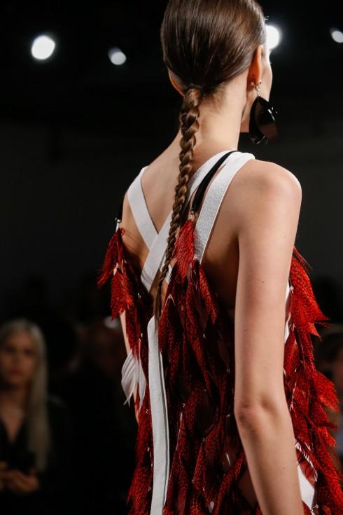 Chi tiết chiếc váy đính lông vũ đầy quyến rũ.