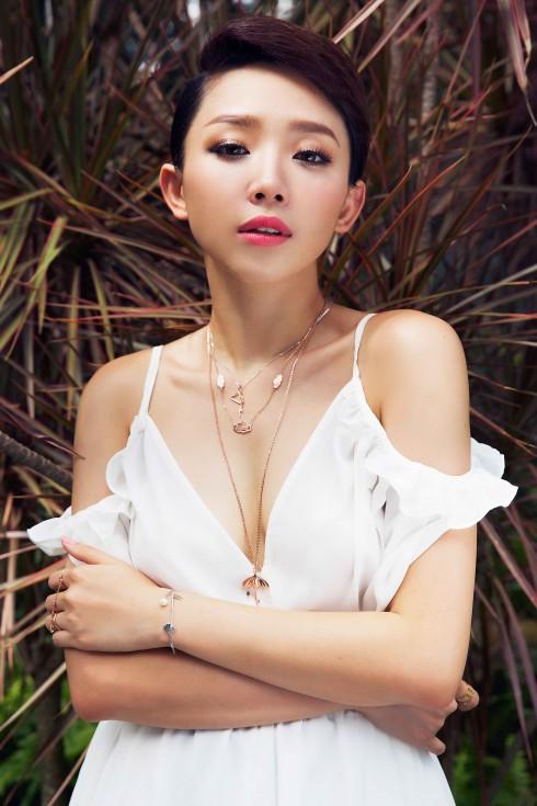 """Là một trong những """"fashionista"""" đi đầu của V-biz, Tóc Tiên không thể bỏ qua xu hướng mix & match trang sức mới"""