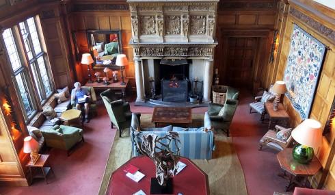 Một gian phòng khách ấm cúng của tòa lâu đài.