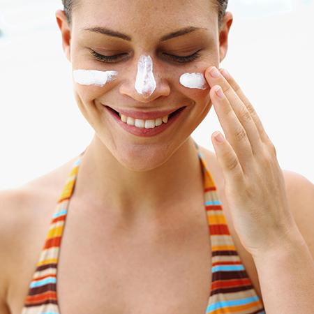 Sử dụng kem chống nắng mỗi ngày là một thói quen tốt giúp dưỡng trắng da