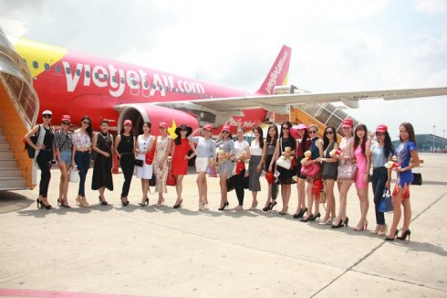 Các người đẹp cuộc thi Hoa Hậu Hoàn Vũ Việt Nam đến Nha Trang trên tàu bay Vietjet.