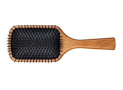 Lược cũng chính là bí quyết giúp nuôi dưỡngvẻ đẹp của tóc