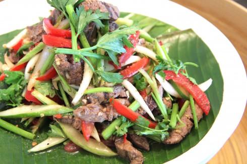Salad bò cay Yum Nua Yang đến từ miền Trung Thái Lan  với gia vị trộn đặc trưng từ đường thốt nốt, nước cốt me