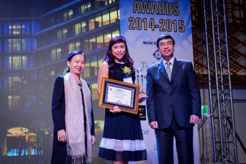 Bà Đỗ Hồng Minh - Giám đốc Tiếp thị Truyền thông của khách sạn nhận giải thưởng