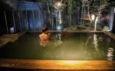 Hòa mình vào thiên nhiên ban đêm với onsen (suối khoáng nóng).