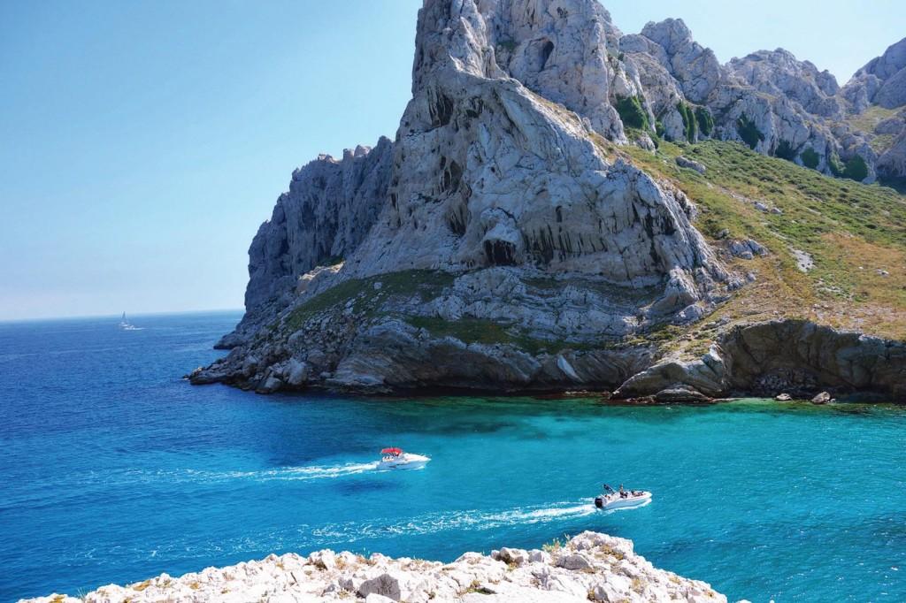Những vịnh biển xanhthẳm luôn là điều đầu tiên bạn nhận thấy khi đến Marseille.