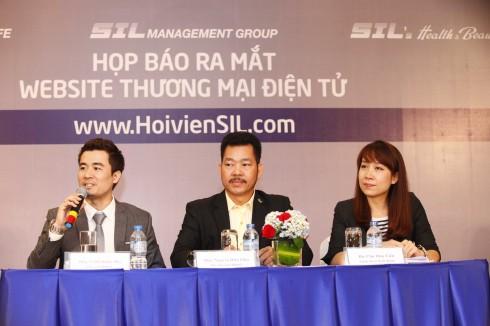 Ông Trịnh Khắc Huy - Nhà sáng lập thương hiệu SIL - Chủ tịch HĐQT SIL Management Group trả lời câu hỏi phóng viên