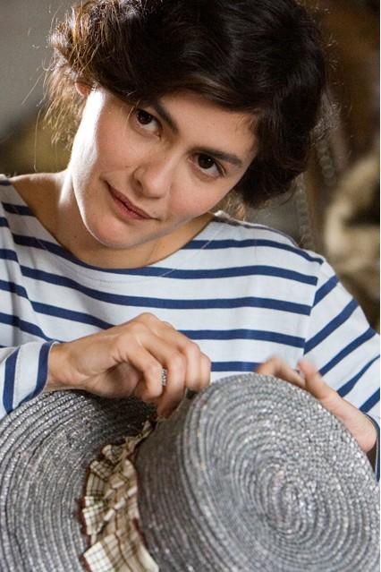 Để mặc đẹp một chiếc áo sọc thủy thủ là kết hợp với quần ống đứng hoặc ôm trơn một mày, độ dài vừa đến mắt cá chân.