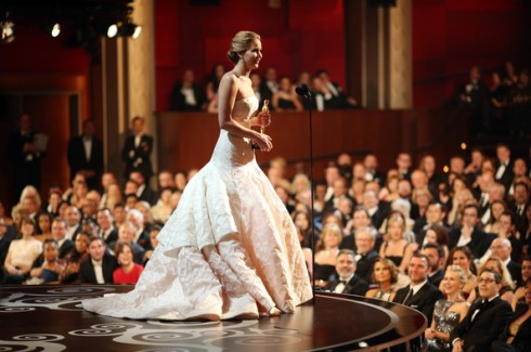Jennifer Lawrence lên phát biểu khi cô được nhận giải Oscar
