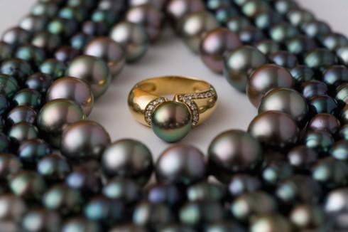 trang suc ngoc trai strands of black pearls