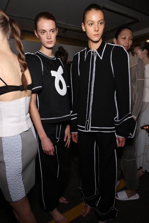 Bỏ đi sự lòe loẹt tươi vui của Thu-Đông, Anderson chọn phom dáng và chi tiết thiết kế làm yếu tố gây nghiện của BST thời trang Xuân-Hè 2016 lần này.