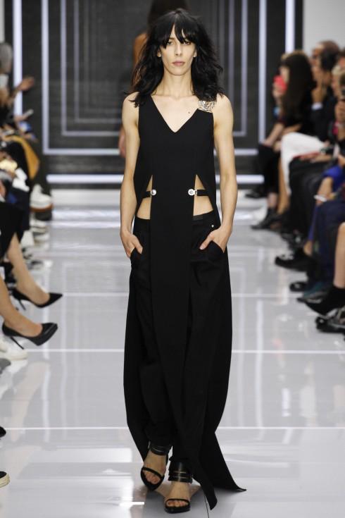 Những thiết kế của Versus Versace luôn phom dáng đơn giản có những đường cắt cá tính biết tôn vẻ đẹp cơ thể.