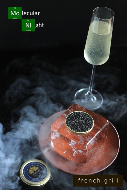 Trứng cá trên nền thịt cua trong hộp ướp đá cùng đồ uống từ sâm-panh có vị đào