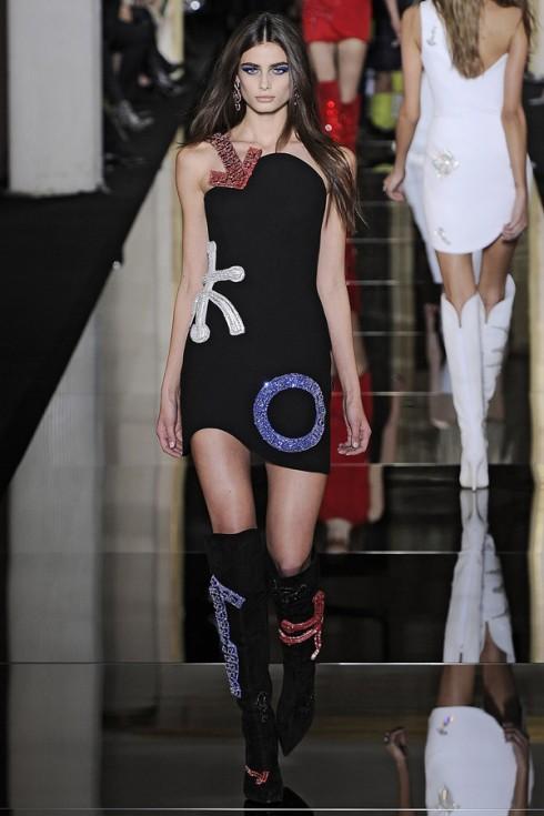 Lại là Versace, Taylor là một gương mặt khá được ưu ái của thương hiệu này.