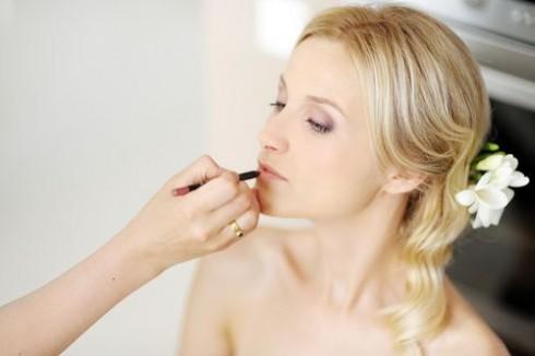 Tuyệt đối tránh các loại son bóng, thay vào đó, các loại son lì sẽ là lựa chọn tuyệt vời cho các cô dâu tương lai