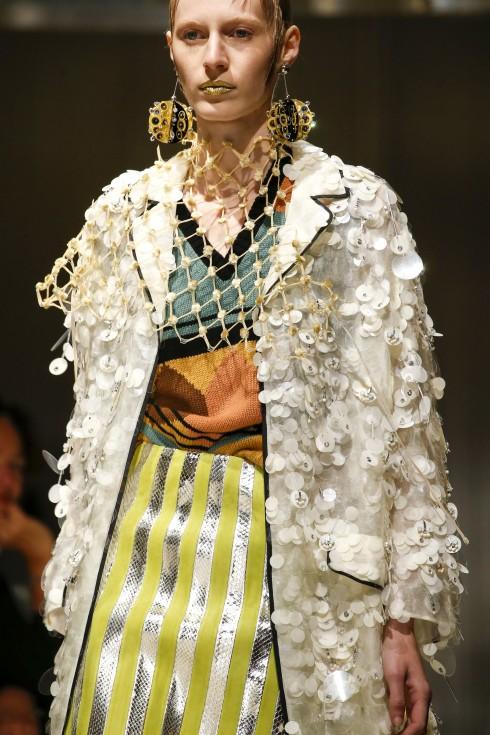 Show diễn kết thúc với ba mẫu trang phục trắng được đính kết tinh xảo, hoàn hảo hóa BST.