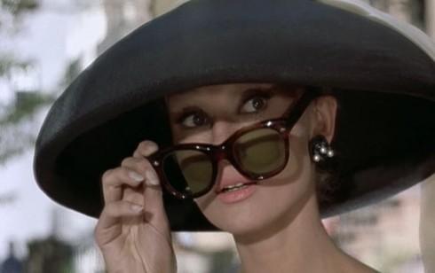 """Mũ rộng vành kết hợp cùng cặp kính gọng đen bản lớn là một trong những phụ kiện """"đắc lực"""" của cô nàng Holly Golightly."""