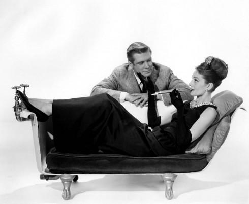 Audrey Hepburn đã làm phái đẹp phải trầm trồ ngưỡng mộ, vì món phụ kiện hoàn hảo tô điểm cho chiếc đầm đen sang trọng của mình chính là dây chuỗi ngọc trai. Ngọc trai là dòng trang sức phù hợp với bất cứ lứa tuổi nào, vì nó có thể mang đến vẻ đẹp quý phái cho phụ nữ trung niên hay sự nhẹ nhàng, tao nhã dành cho các quý cô thanh lịch.