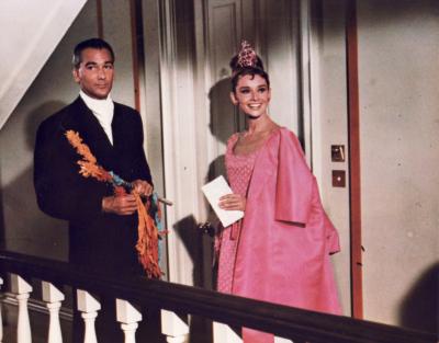 Đầm cocktail màu hồng bằng lụa của Givenchy đem lại nét trẻ trung đáng yêu.