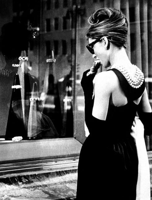 """Hình ảnh một phụ nữ bí ẩn sang trọng, yêu kiều trong chiếc váy dài đen """"Little Black Dress"""" của thương hiệu Givenchy, xuất hiện trước cửa hàng trang sức nổi tiếng Tiffany đã làm mê hoặc biết bao tín đồ thời trang cho đến ngày hôm nay."""