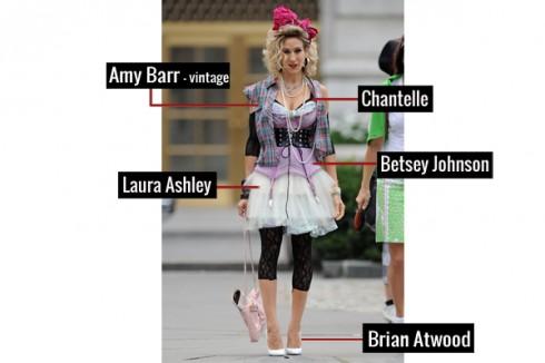 Chợt nhớ thập niên 80, qua chiếc váy xòe của Laura Ashley, kết hợp với kiểu corset Betsey Johnson, áo dạng vintage của Amy Barr shirt, áo ngực Chantelle, giầy Brian Atwood and phụ kiện trang sức vintage.