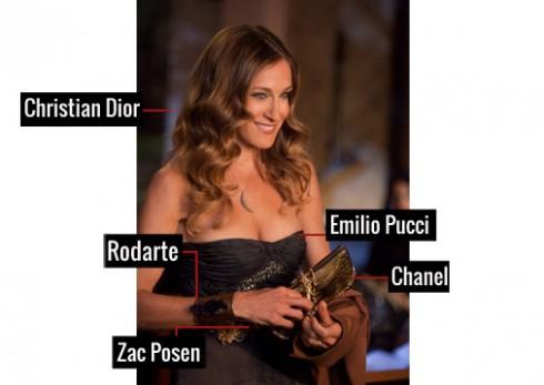 Đầm cúp ngực của thương hiệu Emilio Pucci, cùng thắt lưng của Zac Posen làm điểm nhấn eo thon, kết hợp với vòng đeo tay bản to của Rodarte và ví cầm tay của Chanel, đã mang đến vẻ gợi cảm khó cưỡng cho quý bà Carrie.