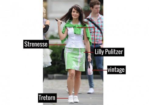 Cô nữ sinh thập niên 80 trẻ trung trong chân váy ngắn và áo sweater của Lilly Pulitzer, áo kiểu của Strenesse, giầy Tretorn, túi xách vintage