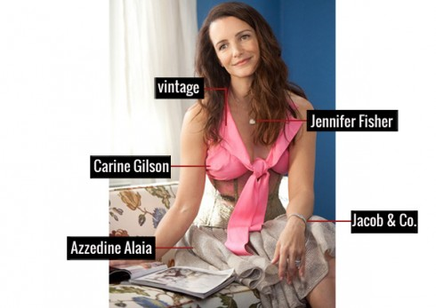 Mang đến cái nhìn cho người đối diện là vẻ nhẹ nhàng, nữ tính với áo Vintage, áo ngực Carine Gilson, chân váy Azzedine Alaia, đồng hồ đeo tay phiên bản thiết kế đặc biệt của Jacob & Co, giầy Brian Atwood và dây chuyền của Jennifer Fisher.