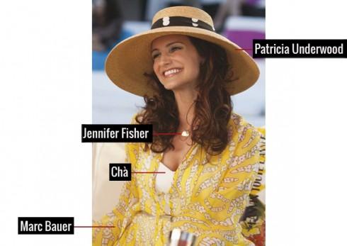 Charlotte thật chúng ta liên tưởng đến ngay một phiên bản hiện đại của Audrey Hepburn thanh lịch, với mũ rộng vành của Patricia Underwood, đồ bơi của Chá, áo khoác ngoài Marc Bauer, cùng dây chuyền Jennifer Fisher