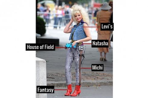 Thời trang những năm 80 của Samantha là sự nổi loạn, mang hơi hướng thời trang kiểu Punk Rock với áo ghi- lê kiểu đinh tán của Levi, áo hãng Natasha, quần bó Michi và giầy boots Fantasy, kèm theo clutch House of Field