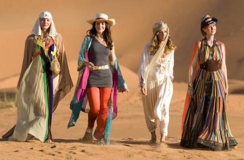 Các nữ du mục nóng bỏng rảo bước trên sa mạc mênh mông.
