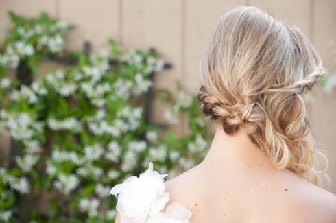 Nếu chọn kiểu váy hở lưng hoặc lệch vai, bạn nên tham khảo kiểu tóc thắt bím hất lệch nhằm tôn lên nét đẹp của đôi vai trần