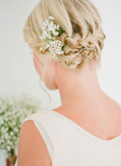 Với độ dài ngang vai, cô dâu tương lai có thể chọn những kiểu thắt bím Hy Lạp cho mình
