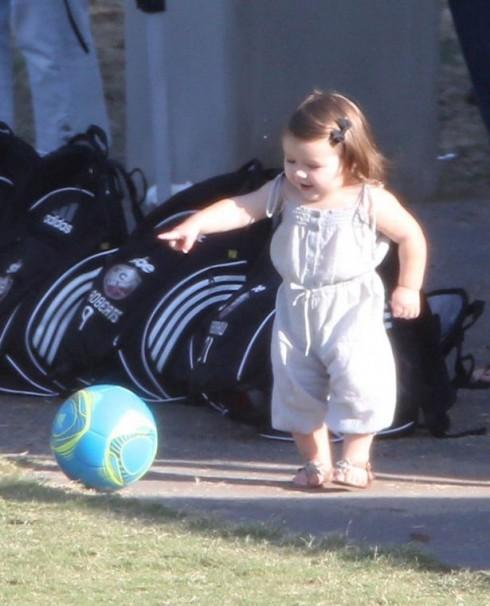 Tháng 10/2012, mới biết đi Harper đã tập chơi đá banh.