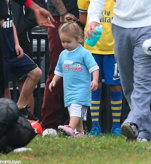 Tháng 10/2013 Harper đi chơi đá bóng với các anh.