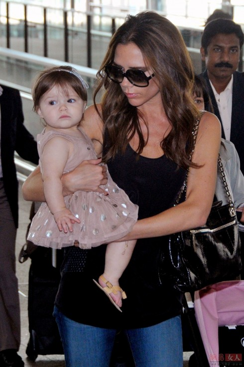 Tháng 4/2012 Harper được mẹ diện váy rất chỉnh chu và tinh tế.