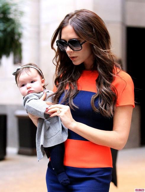 Tháng 11/2011 mẹ Victoria bắt đầu diện quần áo thời trang cho Harper.