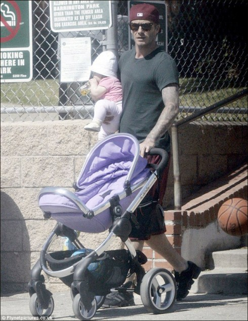 Tháng 8/2011, kiểu bế con rất ngầu của bố David Beckham.