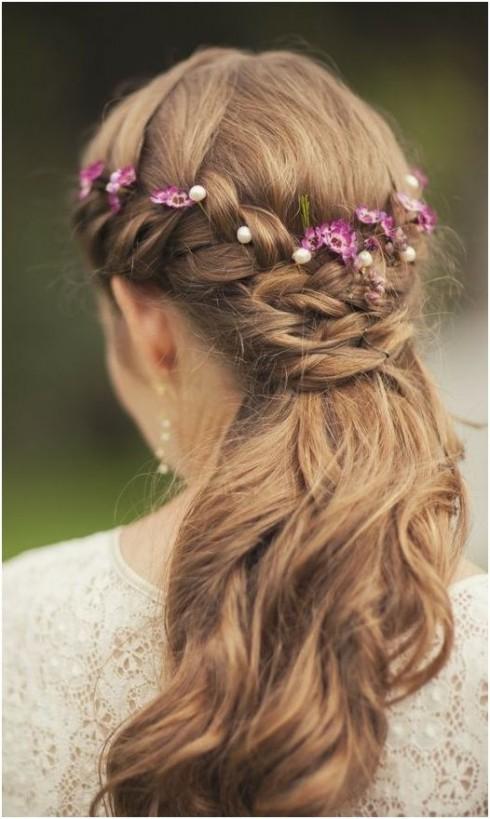 Tóc thắt nửa sđầu mang lại vẻ đẹp dịu dàng cho bạn gái