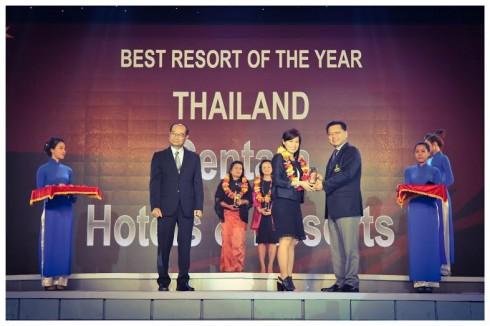 Cô Ý Như Nguyễn, Quản lý Sales & Marketing của Centara Hotels & Resorts – Hồ Chí Minh, nhận giải thưởng từ Ông Amorn Kitchaweng, Phó Thị trưởng thành phố Bangkok – khách mời danh dự tại sự kiện để trao giải cho các Doanh nghiệp Thái Lan.