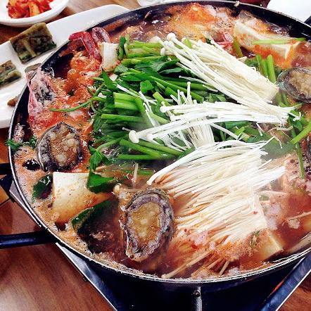 Nước lẩu cay nhẹ và ngọt thanh vị hải sản. (nguồn: @visitkorea)